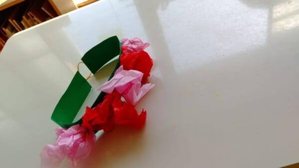 #1歳 紙をくしゃくしゃ!花かんむりを作りました